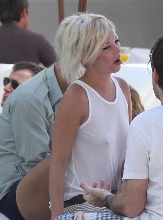 Jen těžko byste roku 2015 zvládli topmodelce Kate Moss během její dovolené v Rio de Janeiru hledět jen do očí.
