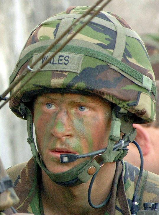 Harry při praktických cvičeních během jeho studia na vojenské akademii v britském Sandhurst, 11. března 2006
