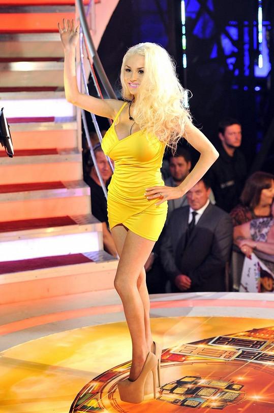 Z těchto šatiček Courtney při příchodu do domu Big Brothera čouhaly kalhotky.