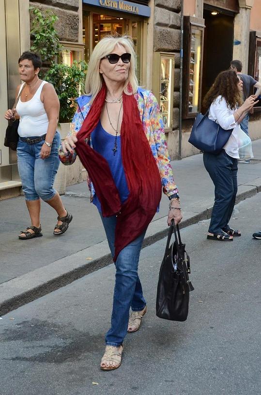 Na nákupech v Římě před pár dny budila pozornost.