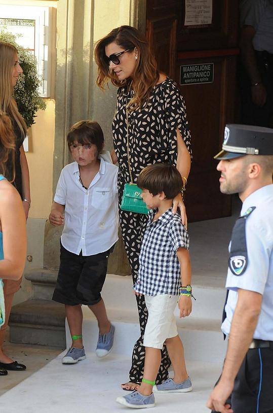 Šeredová s sebou vzala i syny, kterým fotograf rozmazal tváře.