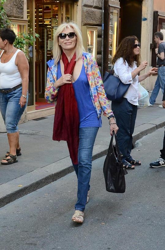 Amanda Lear si s podprsenkou ani ve svém věku nemusí lámat hlavu...