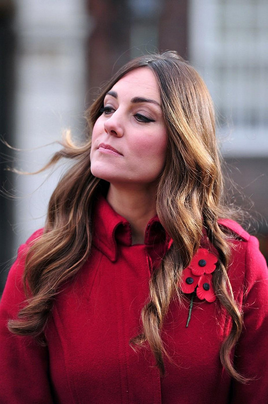 Kvůli zplihlému účesu a především šedinám změnila vévodkyně kadeřníka.
