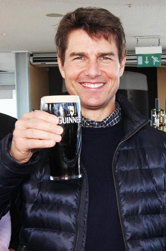Na zdraví! Herec je příznivcem dobrého pití.