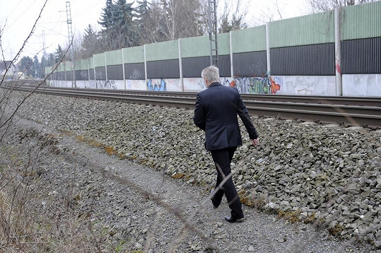 Ten samý člověk na procházce u trati