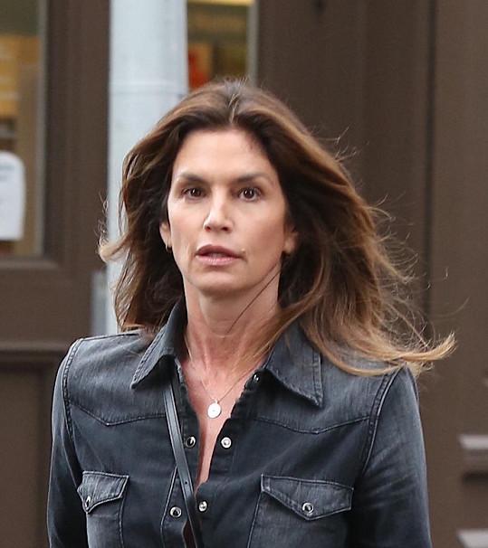 A toto je její tvář bez výrazného líčení.