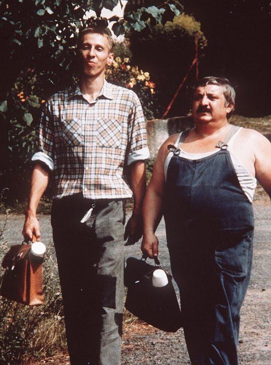 Marián Labuda jako Karel Pávek ve filmu Vesničko má středisková (na snímku s Jánosem Bánem)