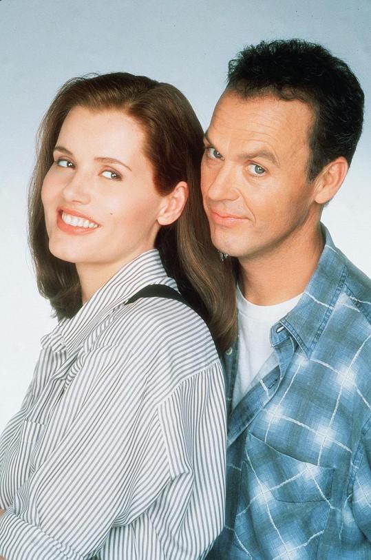Přesně před dvaceti lety si Geena Davis a Michael Keaton zahráli hlavní role v komedii Bez řečí.