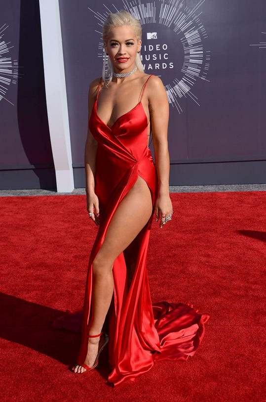 Rita Ora na sebe chtěla upozornit odvážným outfitem.