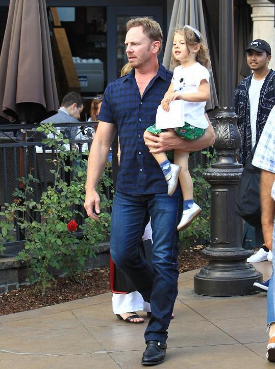 Herci to s dcerkou v náručí sekne snad ještě víc než kdysi v Beverly Hills 90210.