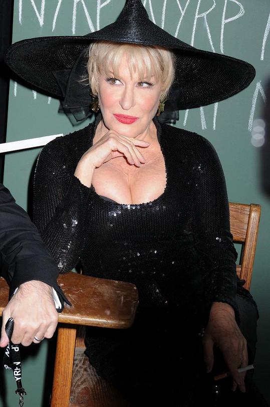 Bette Midler jako smyslná čarodějka na párty v hotelu Waldort Astoria.
