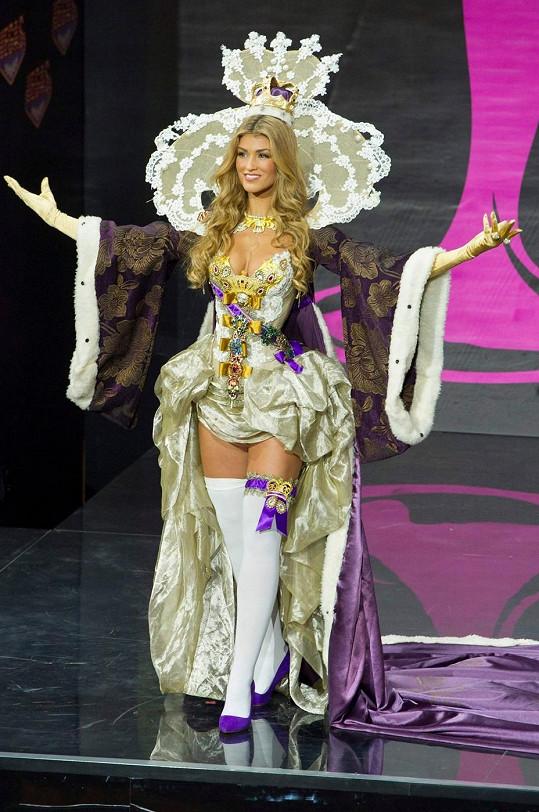 Takhle reprezentovala Amy svou zemi v národním kostýmu na finále Miss Universe v Rusku.