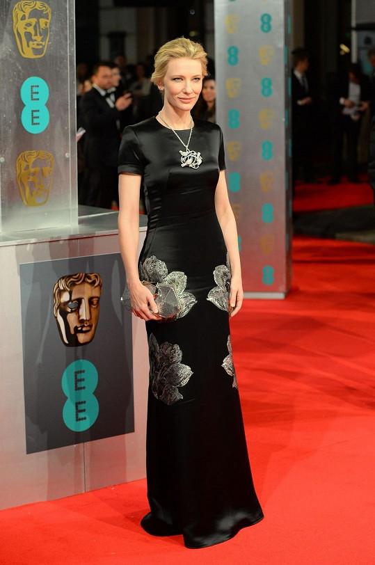 Šaty s krátkým rukávem z podzimní kolekce Alexandra McQueena doplnila Cate Blanchett masivním náhrdelníkem s přívěskem Chopard, který ladil se vzorem látky šatů.