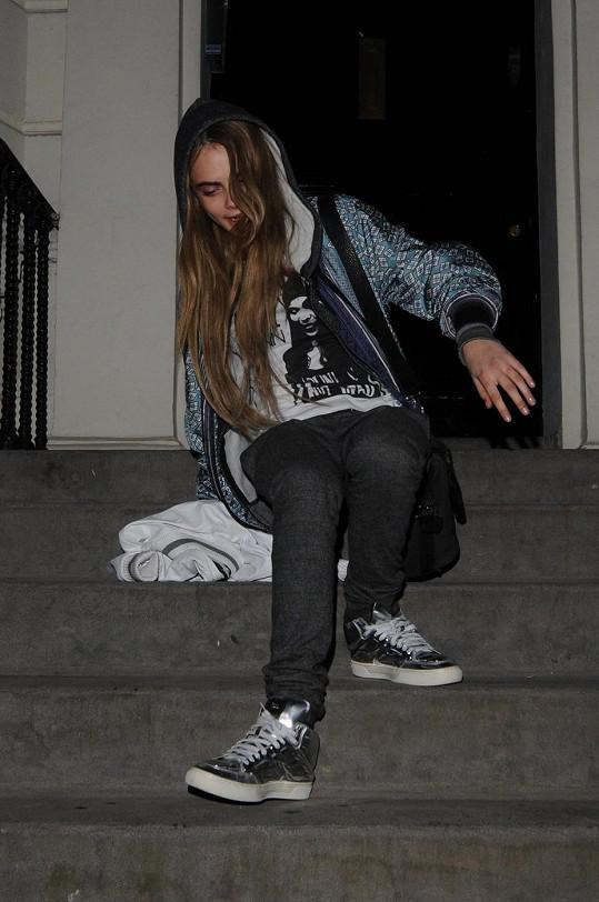Není divu, že modelka občas nezvládne chůzi po schodech.