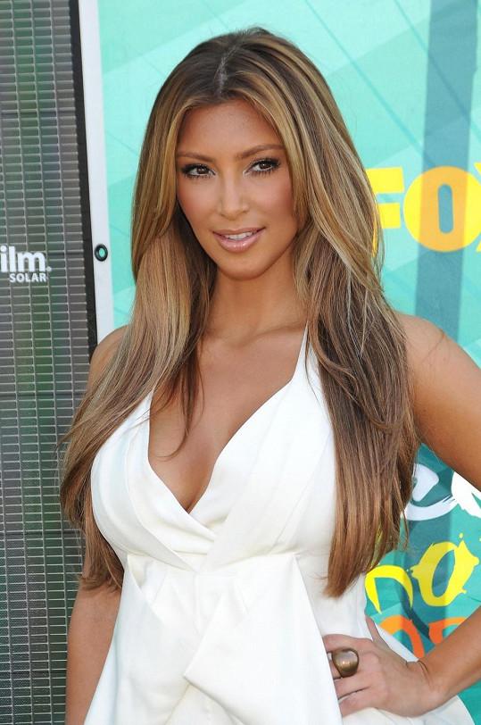 Kim už jednou plavovláskou byla, a to v roce 2009 na akci Teen Choice Awards.
