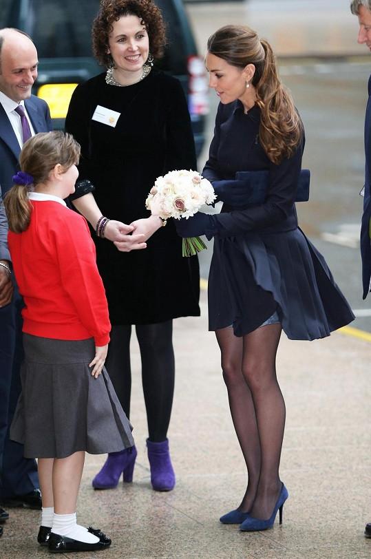 Plisovaná sukénka se rozvlnila, ale naštěstí Kate nezpůsobila nepříjemnosti.