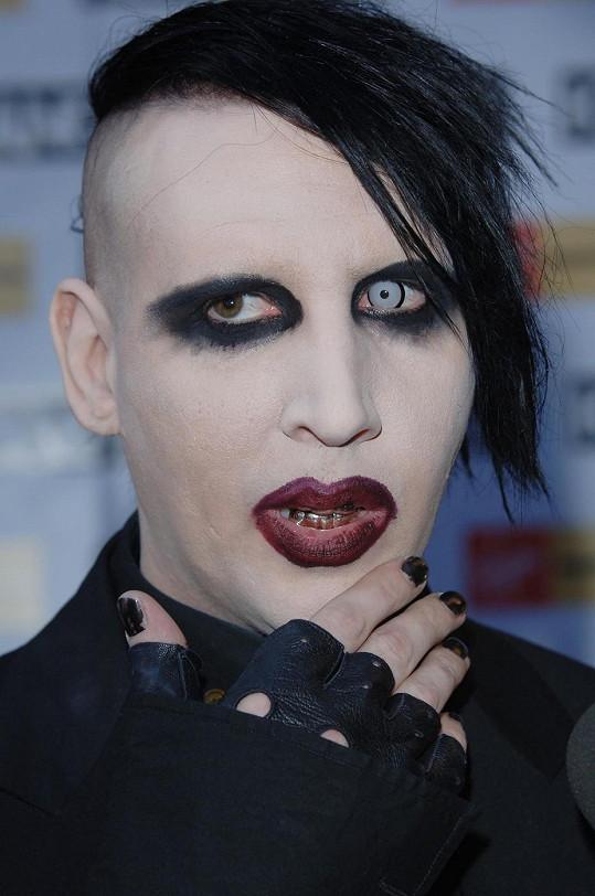 Takhle děsí Manson na jevišti.