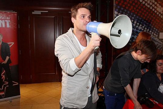 S mikrofonem už to Leoš umí, tak si vyzkoušel práci s tlampačem.