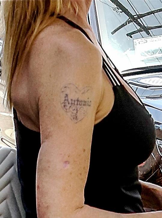Tetování ji vždy prozradí.