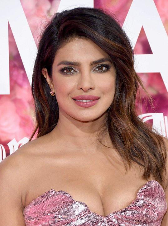 Priyanka zaujala především svým dekoltem.