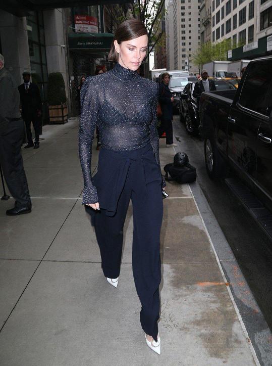 Na talkshow v New Yorku zvolila opravdu sexy outfit.