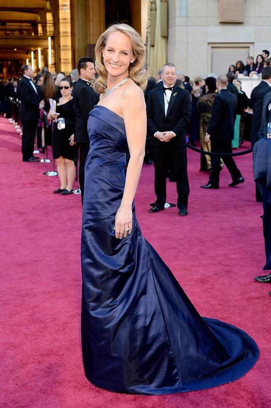 Na protest proti konzumu oblékla Helen Hunt šaty z řetězce H&M. Nepříliš kvalitní satén v námořnické modré barvě se ale bohužel během cesty na galavečer výrazně skrčil.