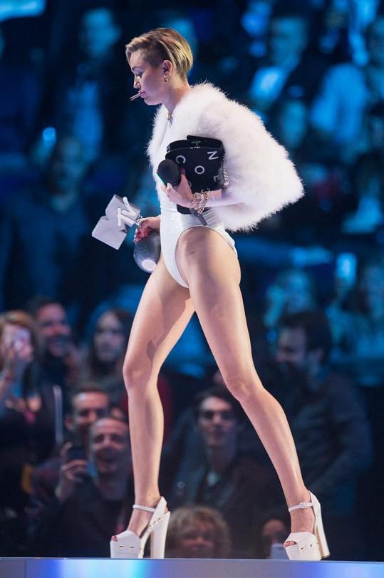 Miley si libuje v odvážných outfitech.