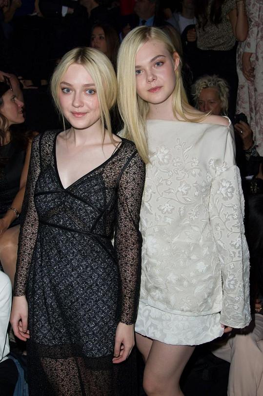 Dakota s mladší sestrou Elle, která je rovněž herečkou.