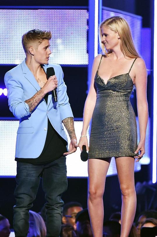 Justin vedle Lary Stone moc dlouho oblečený nevydržel.