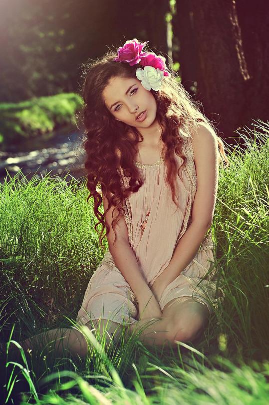 Sára Sandeva je opravdová kráska.