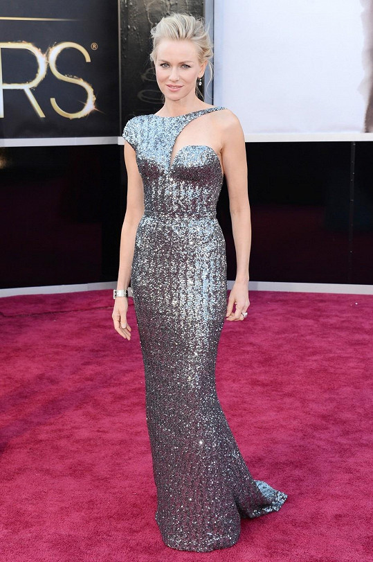 Snové brnění připomínaly šaty Naomi Watts od Armani Prive.