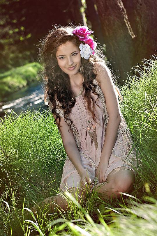 Sára Sandeva je neuvěřitelně krásná.