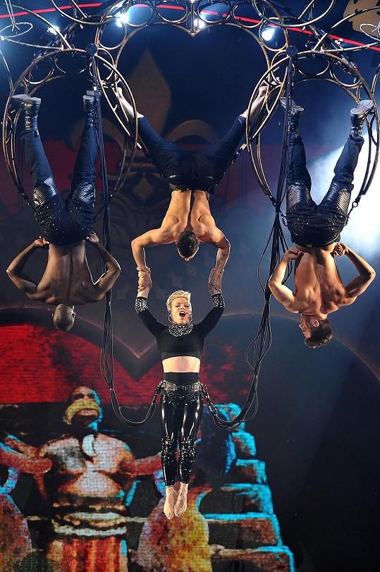 Pink se svými tanečníky na The Truth About Love Tour.