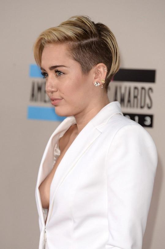 Miley Cyrus na večírku pro změnu málem odhalila ňadro.