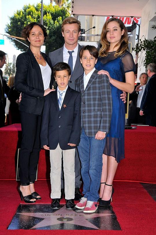 Kompletní rodina pohromadě. Manželé se syny Claudem a Harrym a nejstarší dcerou Stellou.