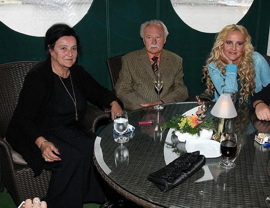 Vendula Pizingerová s maminkou a rodinným přítelem 2009.