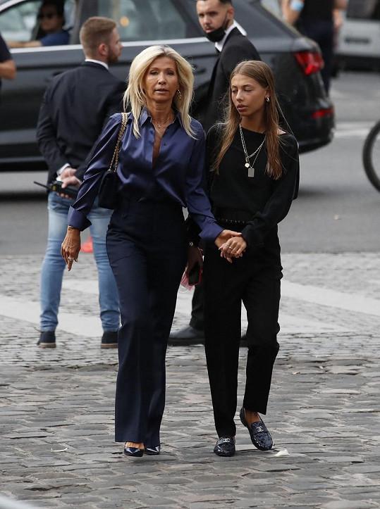 Na pohřeb v Paříži dorazily ruku v ruce.