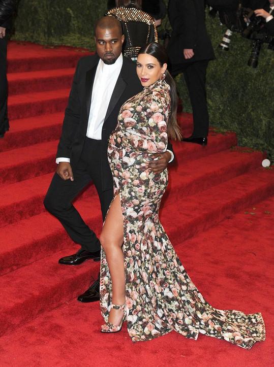 Psal se rok 2013 a reakce na květinové šaty značky Givenchy, které tehdy oblékla těhotná Kim Kardashian, byly různé. Internet si Kim dobíral, že vypadala jako gauč, a ona ronila krokodýlí slzy celou cestu domů. Svět módy měl ale jiný názor a z Kim se rychle stala módní ikona.