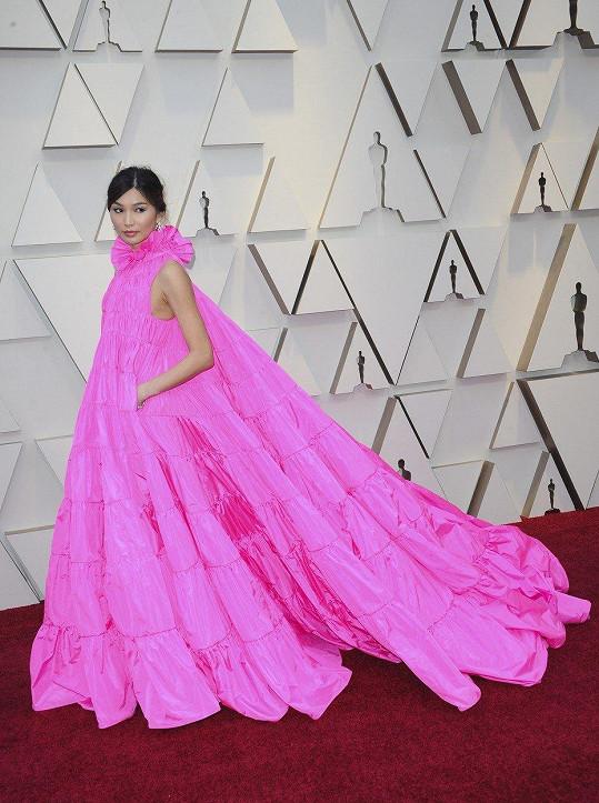 Herečka Gemma Chan je již dlouho módní ikonou v Asii a nyní se zdařile prosazuje také v Hollywoodu. Ve skvostných fuchsiových šatech ačkového střihu z nejnovější kolekce Valentino nešlápla vedle. Všimněte si detailu v podobě kapes, které jsou příjemným bonusem tohoto Couture skvostu.