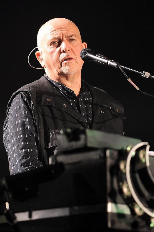 Peter Gabriel při koncertu v Miláně