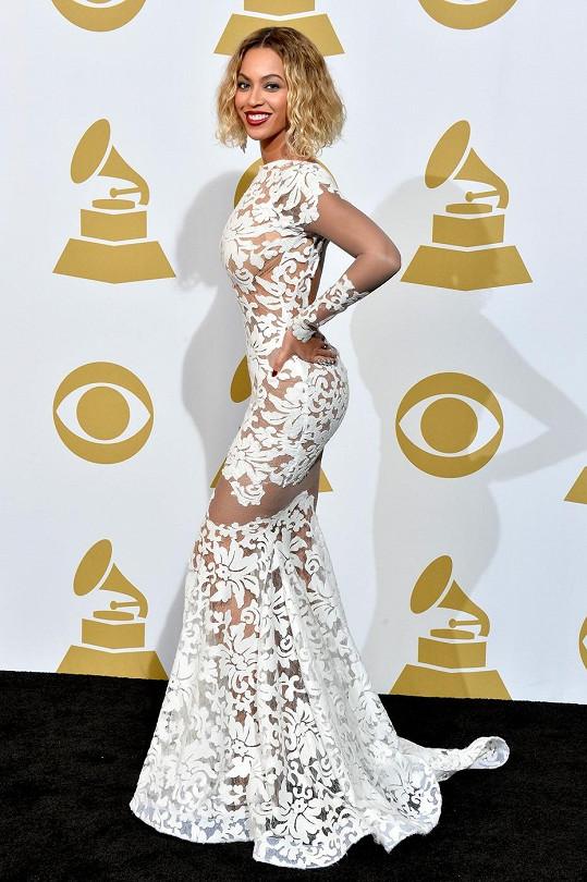 Loni vsadila Beyoncé na minimalismus a oblékla černobílý overal, letos si to vynahradila velmi ženskými šaty tvořenými tělovým podkladem posetým sněhobílými ornamenty.