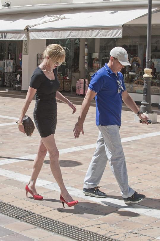 Zatímco herečka si obula lodičky, její manžel pojal nákupy sportovněji.