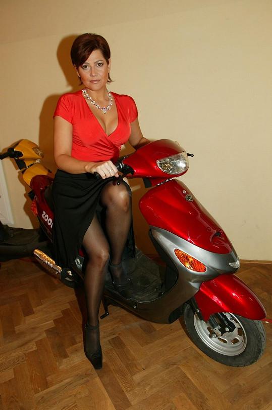 Ilona Csáková ukazuje na archivním snímku své výstavní nožky s sexy výstřih.