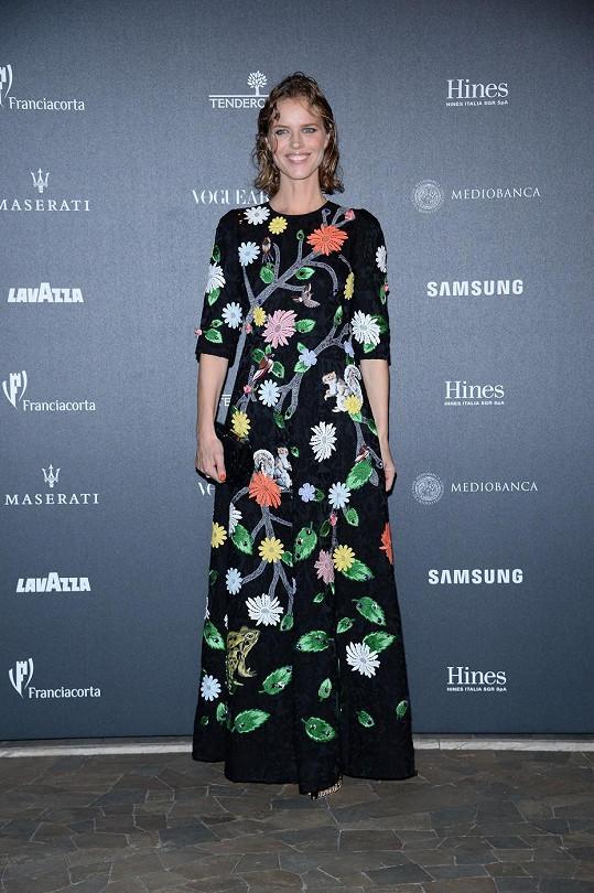 Eva Herzigová zvolila na párty k 50. výročí Vogue v Itálii netradiční róbu...