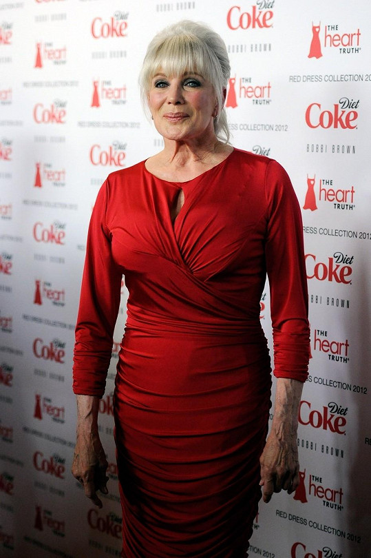 Linda Evans a její mimořádně staře vypadající ruce.