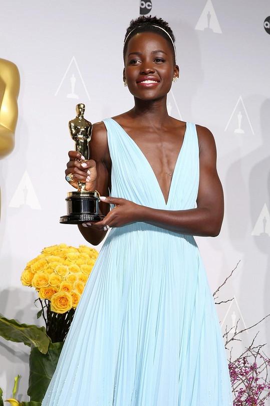 Herečka se svým Oscarem za vedlejší roli ve snímku 12 let v řetězech