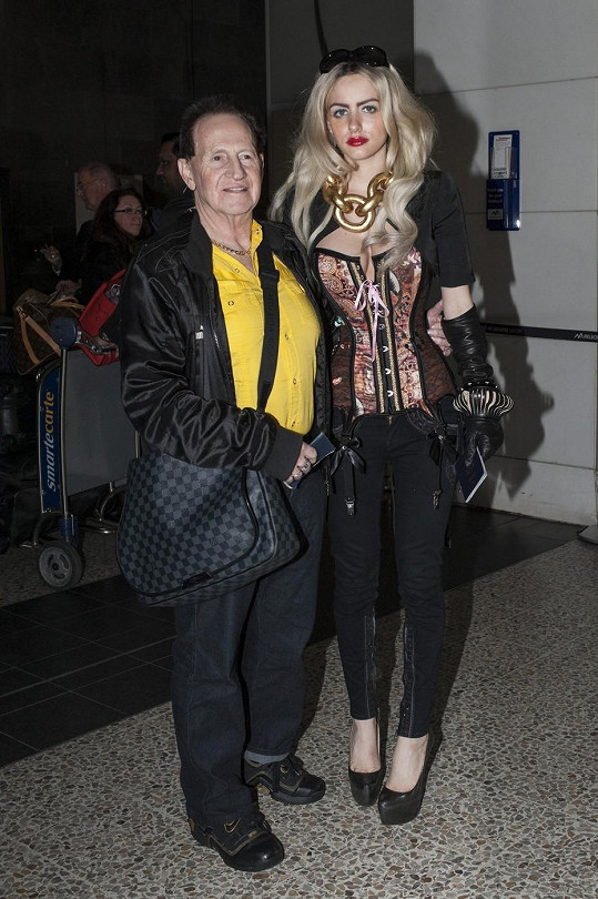 Bohatý podnikatel se pyšnil modelkou na letišti v Melbourne.