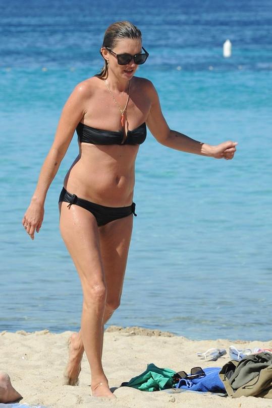 Kate Moss si užívá na Ibize.
