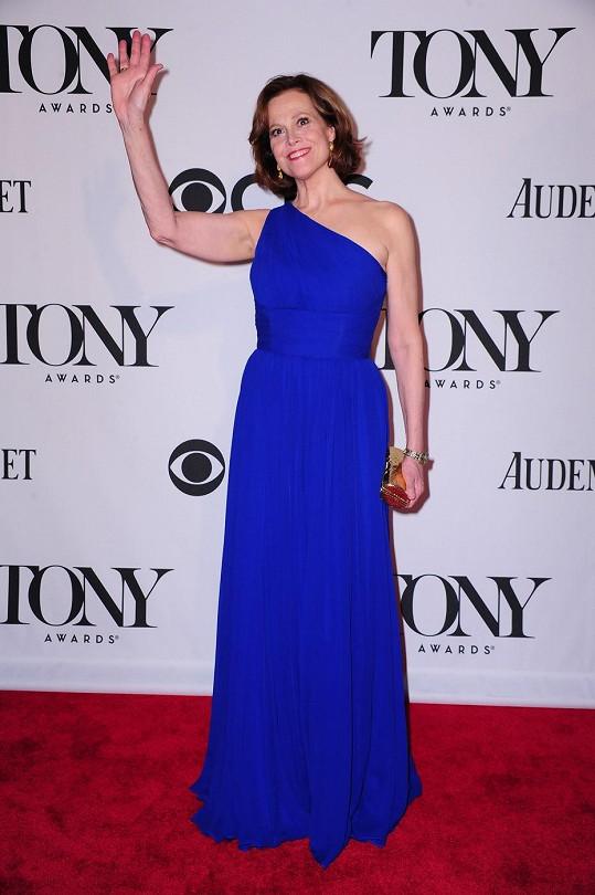 Herečka okouzlila na divadelních cenách Tony v modré róbě až na zem.