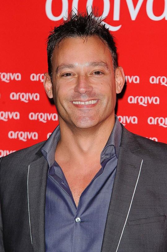 Toby Anstis moderuje na stanici Global Radio.